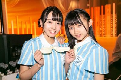 夏衣装をアピールする石田みなみ(左)と門脇実優菜(右)。
