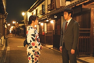 映画「すくってごらん」より、百田夏菜子演じる生駒吉乃と尾上松也演じる香芝誠。