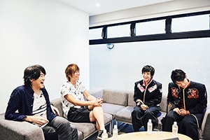 左からe-ZUKA、KISHOW、本田剛文、辻本達規。