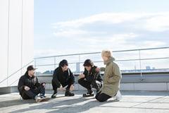 """左から藤原""""25歳""""広明(Dr)、上杉研太(B)、渋谷龍太(Vo)、柳沢亮太(G)。"""