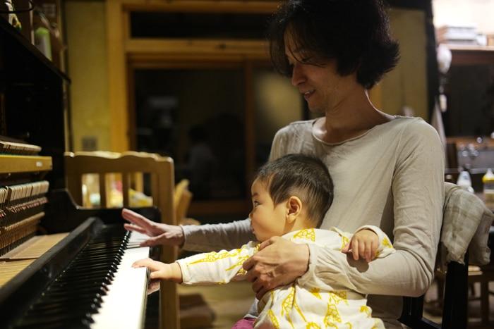 息子は楽器に興味があるようです。朝起きて一番にハープを爪弾いたり太鼓を叩いてます。(高木正勝)