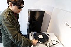 レコードに針を置く小山田圭吾。