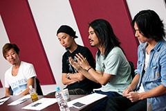 左から松田晋二(Dr)、岡峰光舟(B)、菅波栄純(G)、山田将司(Vo)。