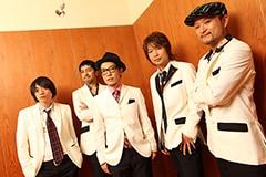 写真左から加藤隆志(G)、谷中敦(B.Sax)、ハナレグミ、茂木欣一(Dr)、沖祐市(Key)