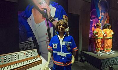 「お待たせしすぎた100周年ツアー ステージセット・楽器・衣装展示」ゾーンの画面。