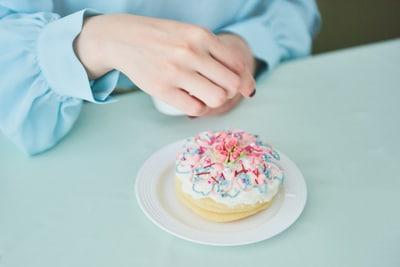 ケーキをデコレートする内田彩。