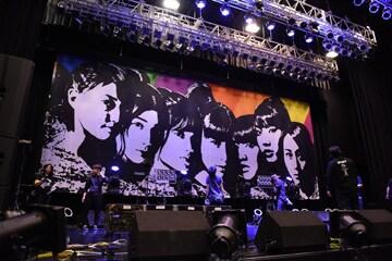 Zepp Sapporoのステージに吊るされた巨大なバックドロップ。