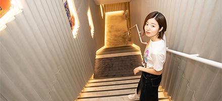 地下2階に向かう階段。