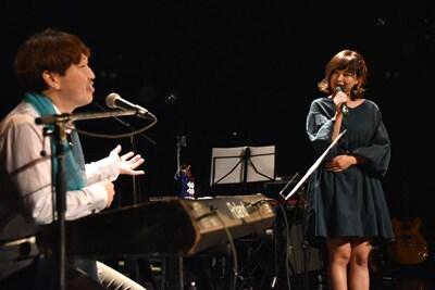 脇田もなり(右)の声の印象を語る長谷泰宏(左)。