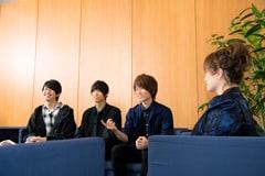 渡辺美里とWEAVERの対談の様子。