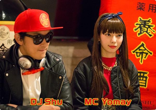 左からDJ Shu、MC Yomay。