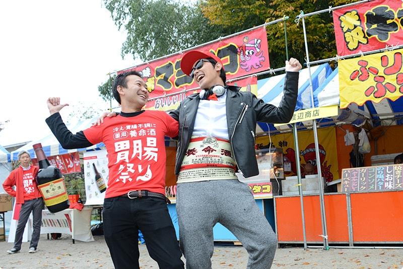 元気を取り戻した佐熊氏(左)とDJ Shu(右)。
