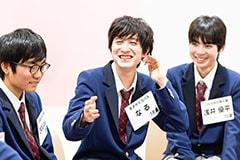 おしゃべりが止まらない鈴木七瑠(なるくん / 中央)と、木目田俊(きめしゅん / 左)、浅井優平(右)。