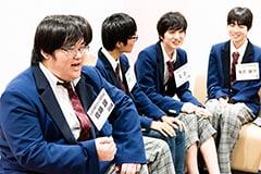 なるくんの矛盾を指摘する佐藤諒(左)。