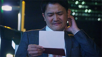 「ドキュメンタル」シーズン4より、招待状を受け取った千鳥ノブ。