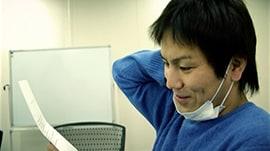 「ドキュメンタル」シーズン5より、招待状を受け取る狩野英孝。