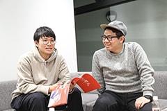 弟の亜生(左)、兄の昴生(右)。