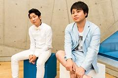 左から石田明、井上裕介。