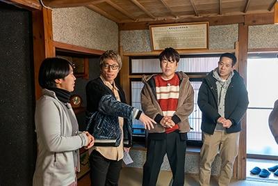 長野県東御市・福田家での、左から福田さん、ロンドンブーツ1号2号・田村淳、FUJIWARA。