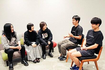 ヤバイTシャツ屋さん(左から、もりもりもと、しばたありぼぼ、こやまたくや)とジャルジャル(左から後藤淳平、福徳秀介)。