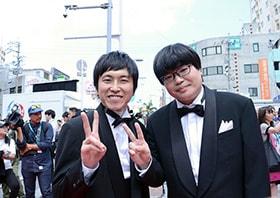 昨年のレッドカーペットに登場したしずる村上(左)とライス関町(右)。