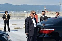 映画「アウトレイジ 最終章」より、ビートたけし演じる大友(中央左)と大森南朋演じる市川(左)。