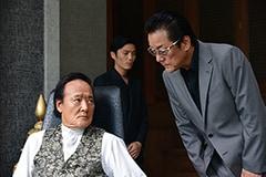 映画「アウトレイジ 最終章」より、左から金田時男演じる張、白竜演じる李。