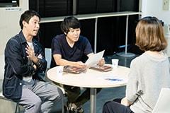 依頼を受ける森東広告堂の森田哲矢(左)と東ブクロ(中央)。