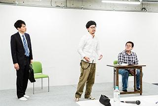 春とヒコーキのネタを演出する村井雄氏(中央)。