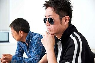 左から大塚恭司、横須賀歌麻呂。