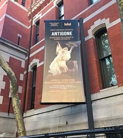 パーク・アベニュー・アーモリーの外に飾られた「アンティゴネ」のポスター。