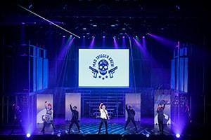 """「『ヒプノシスマイク-Division Rap Battle-』Rule the Stage -track.1-」より、ヨコハマ・ディビジョン""""MAD TRIGGER CREW""""とディビジョン・ダンス・バトル""""D.D.B""""の登場シーン。"""