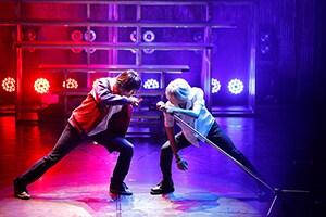 「『ヒプノシスマイク-Division Rap Battle-』Rule the Stage -track.1-」より、左から高野洸演じる山田一郎、阿部顕嵐演じる碧棺左馬刻。