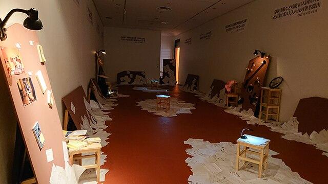 公演関連企画「かそけき声に目を凝らす」展示の様子。
