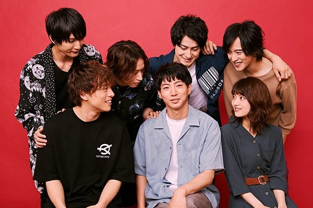 矢崎広を見つめるキャストたち。