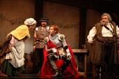 舞台「ヘンリー四世」より。©2013 HORIPRO INC.