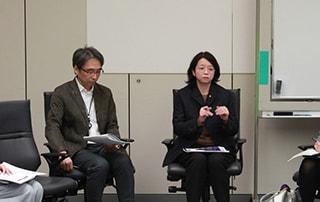 記者懇談会の様子。小川絵梨子(右)。