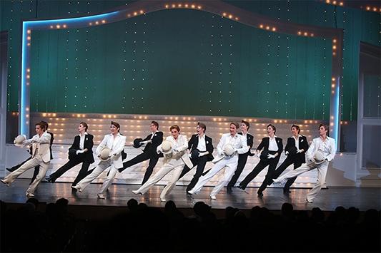 5月に大阪松竹座で上演された「春のおどり」第2部より、「ジャストダンス」のシーン。