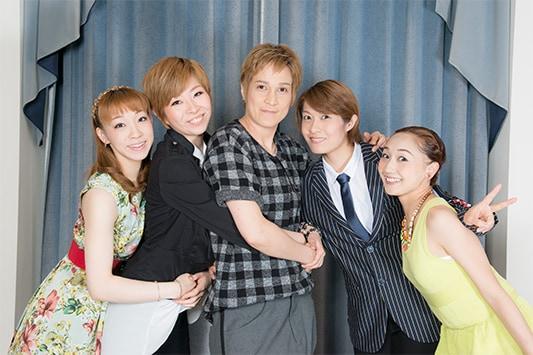 左から白藤麗華、真麻里都、桐生麻耶、楊琳、舞美りら。