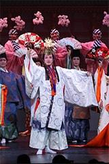 5月に大阪松竹座で上演された「春のおどり」第1部より、オープニングシーン。