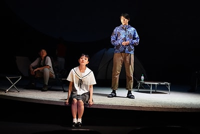 世田谷パブリックシアター+エッチビイ「終わりのない」より。(撮影:田中亜紀)