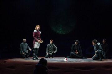 「リチャード三世」(2009年)より。左から津村雅之、浦井健治、浦野真介、勝部演之、立川三貴、関戸将志。