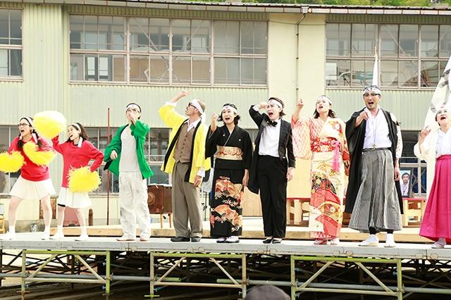 野外劇「NIPPON・CHA!CHA!CHA!」より。(撮影:大中小)