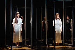 左から麻生久美子、生田絵梨花。(撮影:宮川舞子)