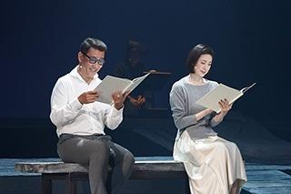 「井上ひさし『十二人の手紙』より『葬送歌』」より。左から中井貴一、天海祐希。(撮影:宮川舞子)