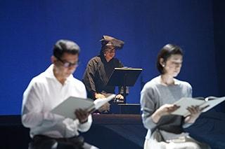 「井上ひさし『十二人の手紙』より『葬送歌』」より。左から中井貴一、三谷幸喜(奥)、天海祐希。(撮影:宮川舞子)
